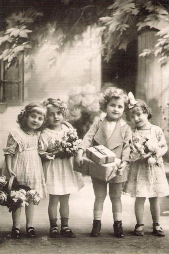 Children with gifts, 1910 year